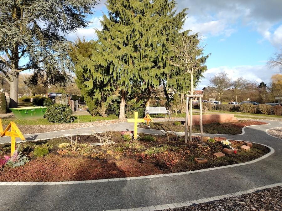 Friedhof Karlsdorf gärtnergepflegtes Grab